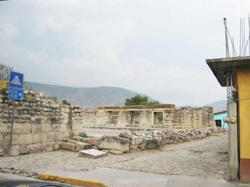 Jóvenes adictos utilizan la zona arqueológica de Mitla
