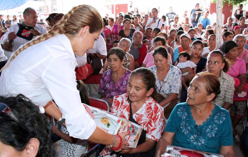Festeja Ivette Morán a mujeres en los Valles Centrales