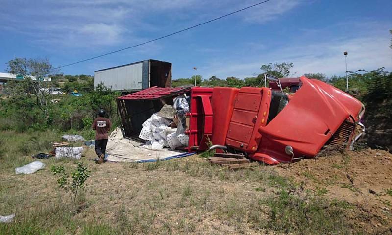 Chocó y volcó camión torton en la caseta de peaje en Huitzo
