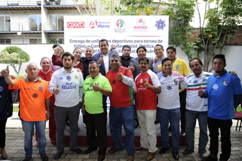 Entregan uniformes deportivos a agentes municipales for Marca municipales