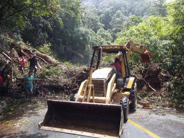 Derrumbe mantiene bloqueada la carretera Oaxaca-Tuxtepec