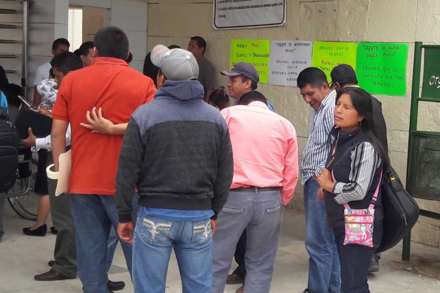 Ciudad Administrativa fue tomada por autoridades de los mixes