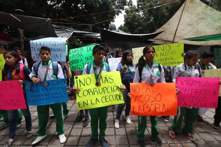 Por 2º día protestaron deportistas frente al Palacio de Gobierno