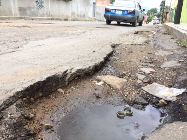 Dañan lluvias calles de colonias de la capital