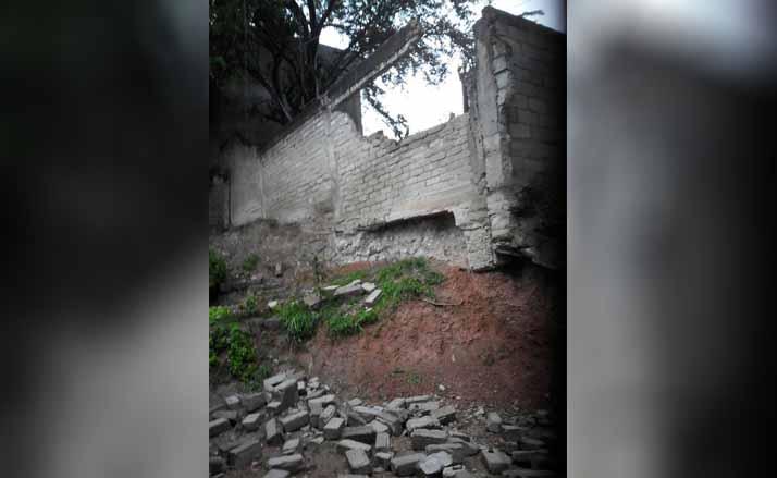 Barda pone en riesgo a familia en agencia El Carmen