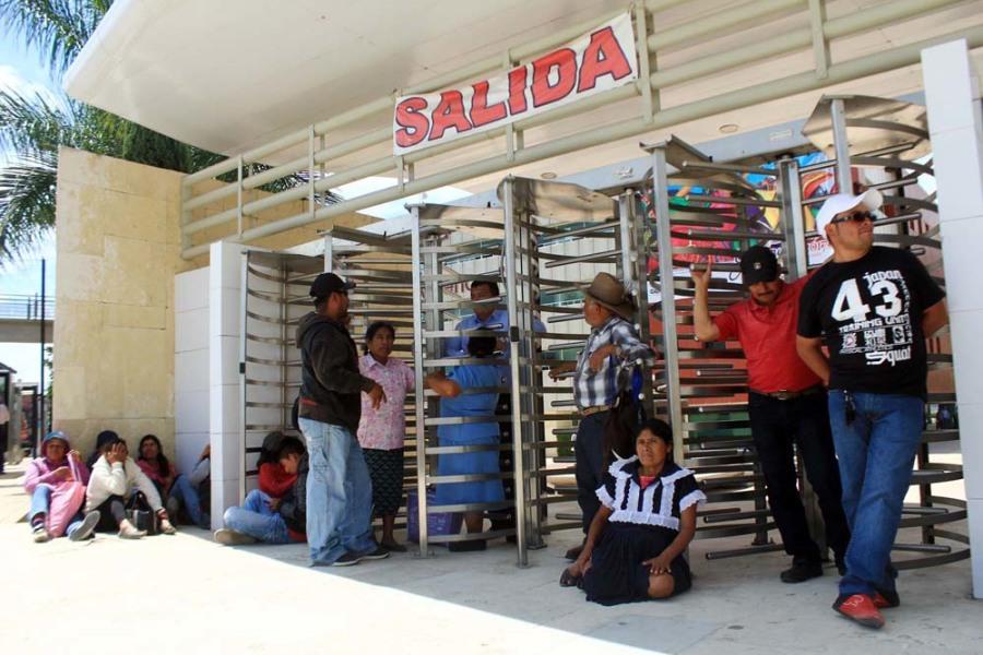 Bloquearon municipios de la Sierra Sur en Ciudad Administrativa para pedir apoyos