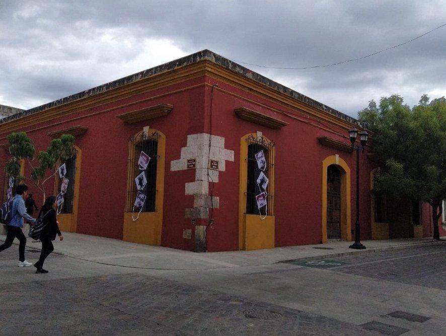 Colocan papalotes en honor a Francisco Toledo en el Centro Fotográfico Manuel Álvarez Bravo de la ciudad de Oaxaca