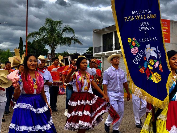 Delegación de Putla Villa de Guerrero en la calenda previa al Festival del Mole de Caderas en Huajuapan de León, Oaxaca