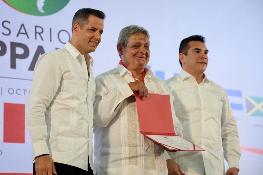 Alejandro Murat, gobernador de Oaxaca; Alejandro Moreno, presidente nacional del PRI; Jaime Paz Zamora; ex presidente de Bolivia en el 40 aniversario de la Copppal