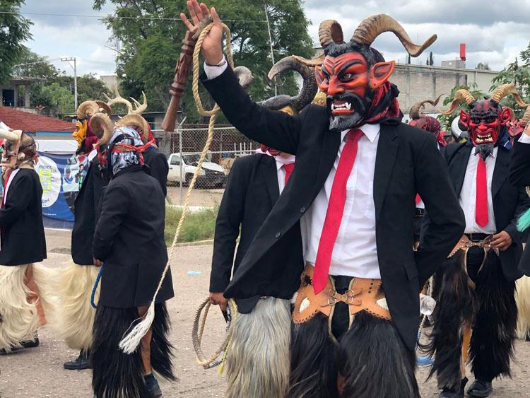 Diablos de Santiago Juxtlahuaca en la calenda previa al Festival del Mole de Caderas en Huajuapan de León, Oaxaca