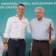 El presidente de México, Andrés Manuel López Obrador, y el gobernador de Oaxaca, Alejandro Murat Hinojosa, en la gira del jefe del ejecutivo federal por Huajuapan de León.