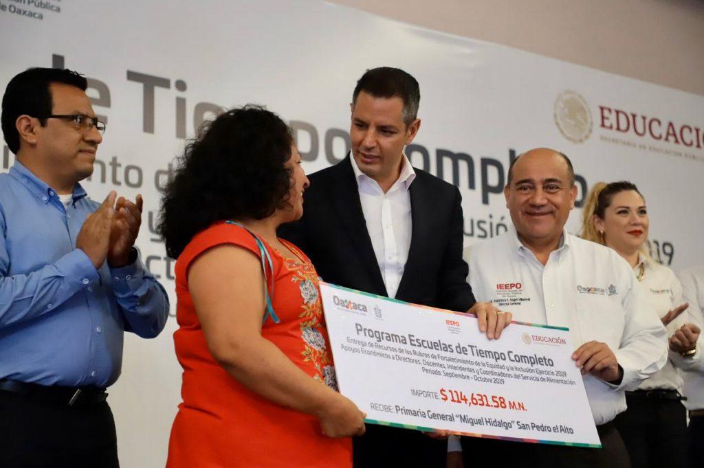 el Gobernador, Alejandro Murat, y el director del IEEPO, Frnacisco Ángel Villarreal, entregan más de 104 mdp para Escuelas de Tiempo Completo