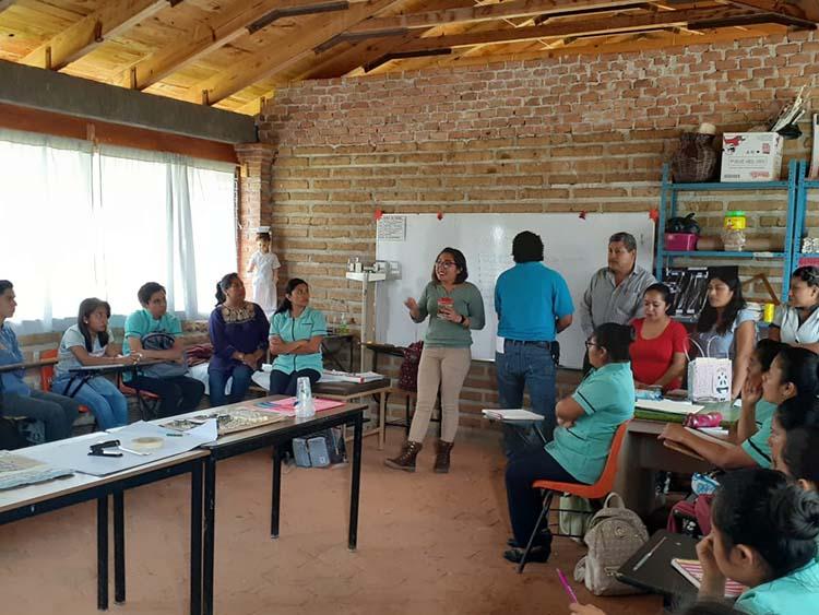 A través de 31 Misiones Culturales Rurales el IEEPO brinda a personas que no concluyeron su educación servicios de alfabetización y capacitación para desempeñar algún oficio.
