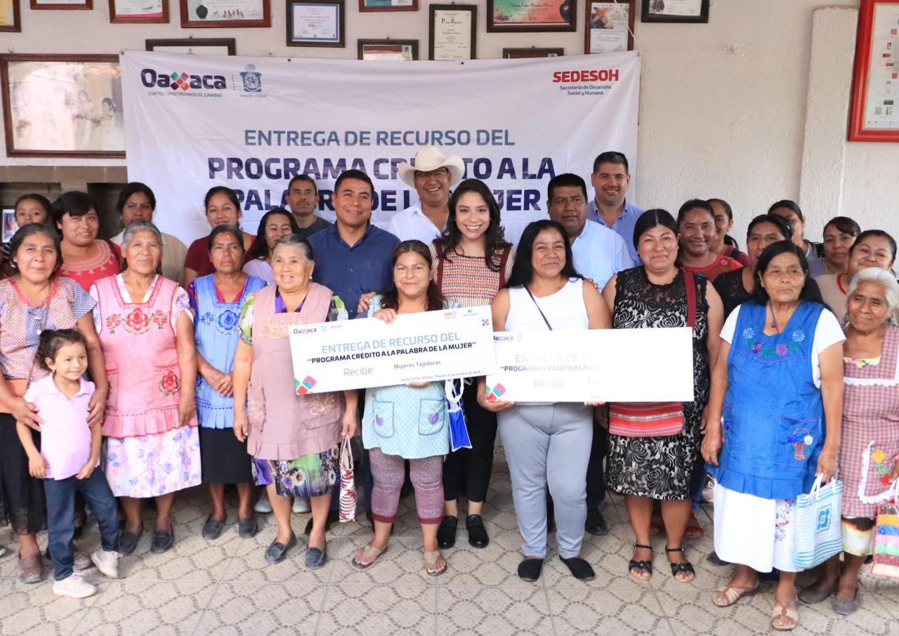 Mujeres artesanas de Santo Tomás Jalietza reciben Créditos a la Palabra