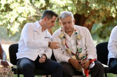 Alejandro Murat Hinojosa y Andrés Manuel López Obrador en el evento presidencial e Cuicatlán, Oaxaca.