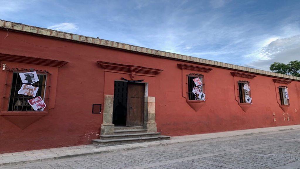 Colocan papalotes en honor a Francisco Toledo en el Instituto de las Artes Gráficas de Oaxaca (IAGO) en la capital oaxaqueña.