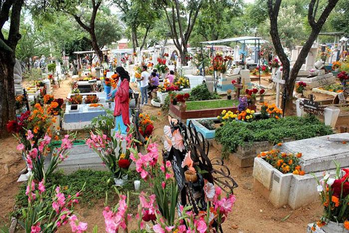 Preservan tradición 'panteonera' de casi un siglo en Oaxaca