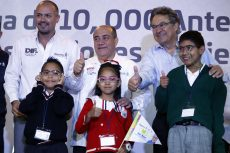 Entregan IEEPO y Fundación Ver Bien 10 mil anteojos