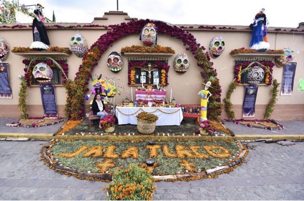 Fachada ganadora del concurso de Decoración de Fachadas por el Día de Muertos