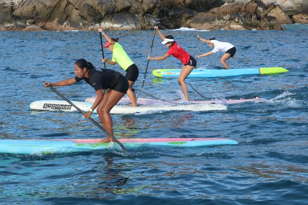 Competidoras de stand up paddle en Puerto Angelito