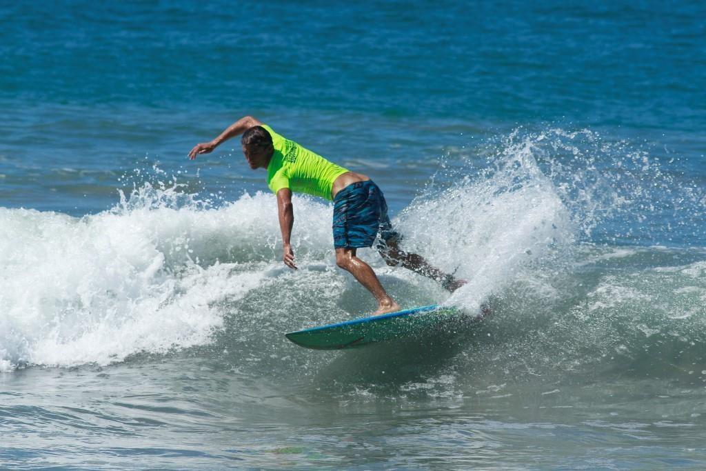 Competidor de la modalidad de tabla corta en el Festival Internacional de Surf Oaxaca 2019