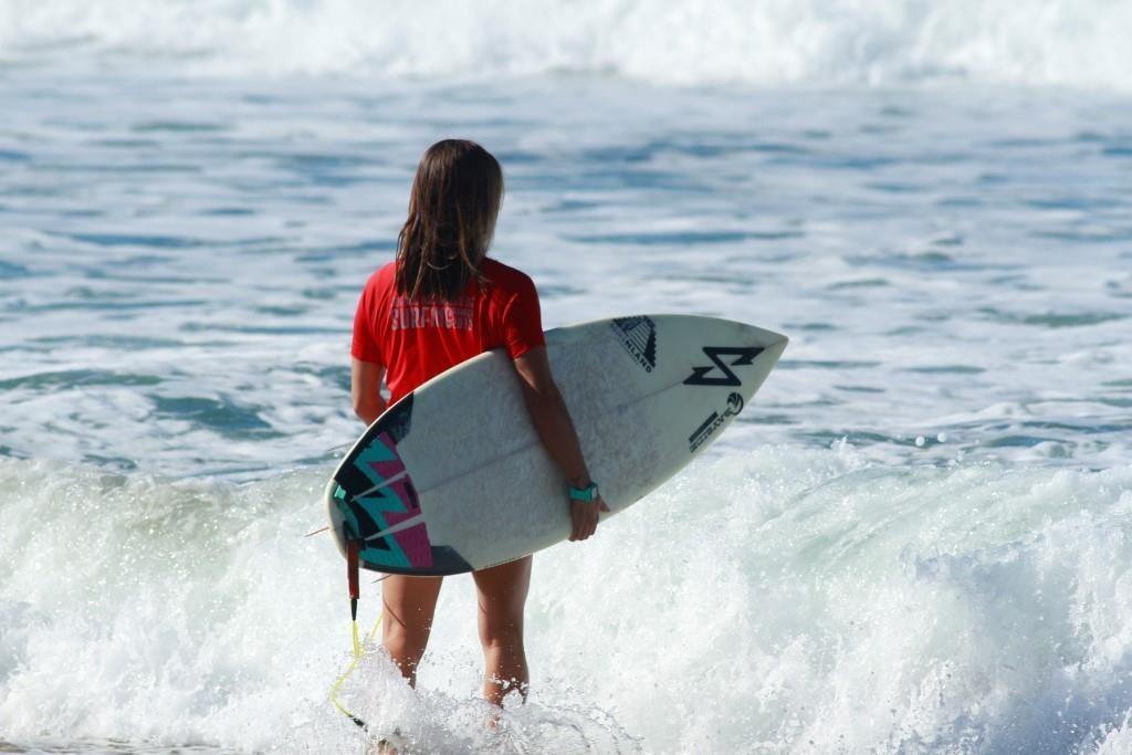 Competidora del Competencia de tabla larga en el Festival Internacional de Surf Oaxaca 2019