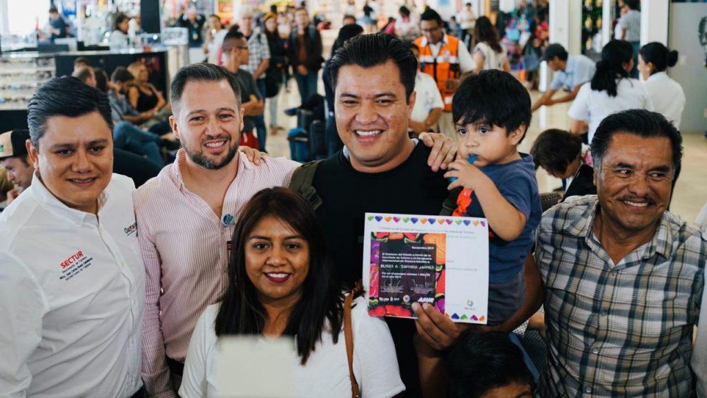 El pasajero no. 1 millón del Aeropuerto de Oaxaca reconocimiento un reconocimiento alusivo y un viaje redondo a Huatulco