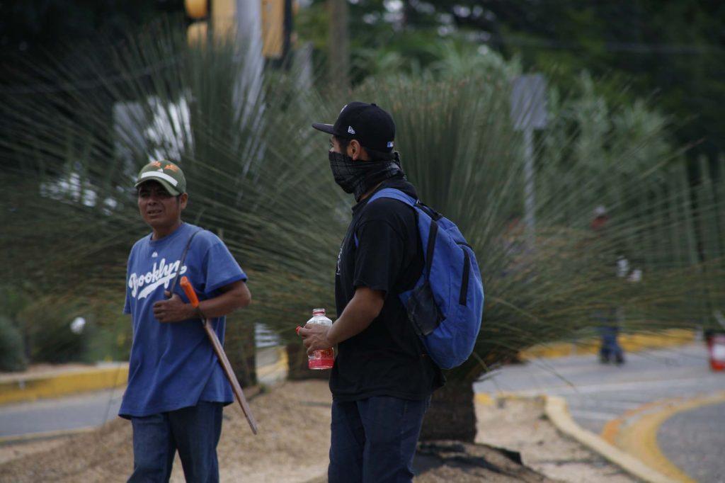Bloquea Codedi el Aeropuerto Internacional de Oaxaca