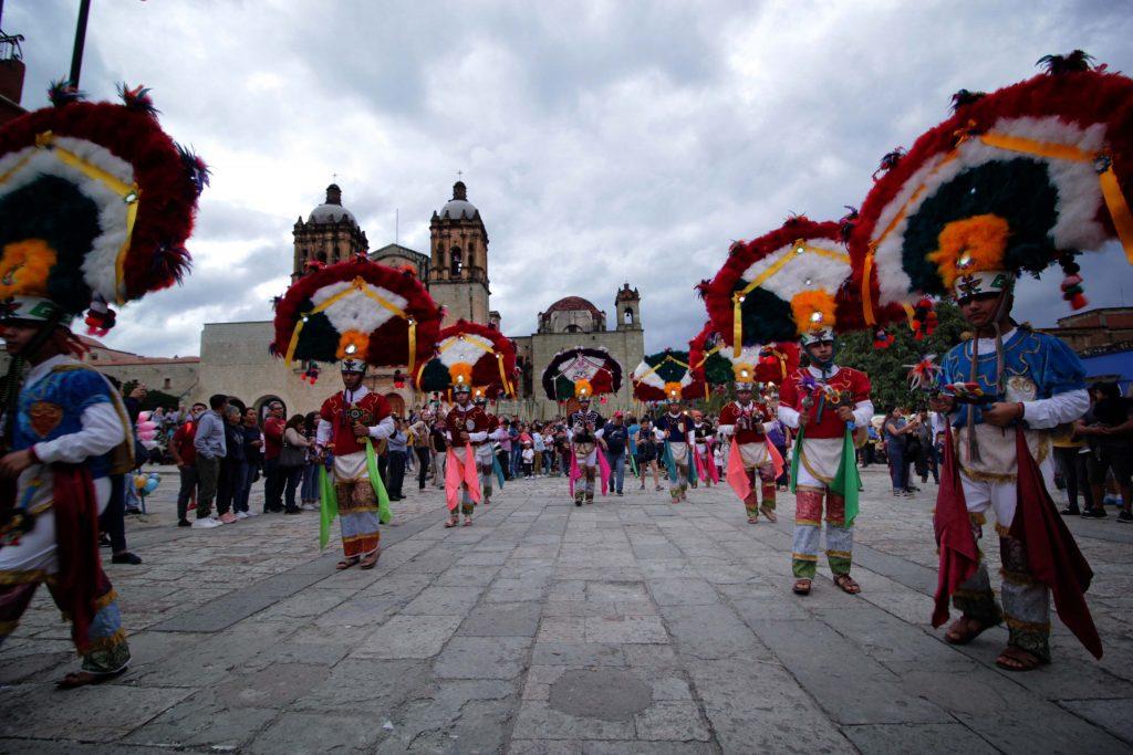 Espectáculo de danzantes de la pluma durante el Día de Muertos 2019 en Oaxaca