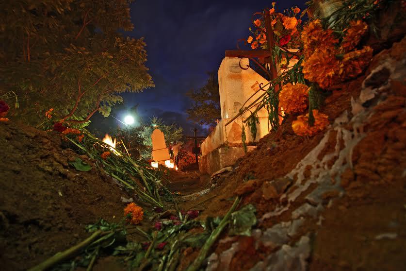 Vela en el panteón de Santa Cruz Xoxcotlán