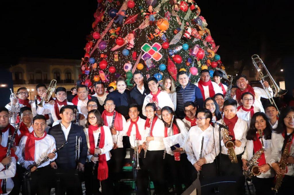 Encienden árbol de navidad en el zócalo de Oaxaca