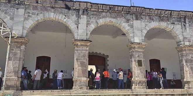 Piden a alcaldesa de Tezoatlán entregar recursos a las agencias