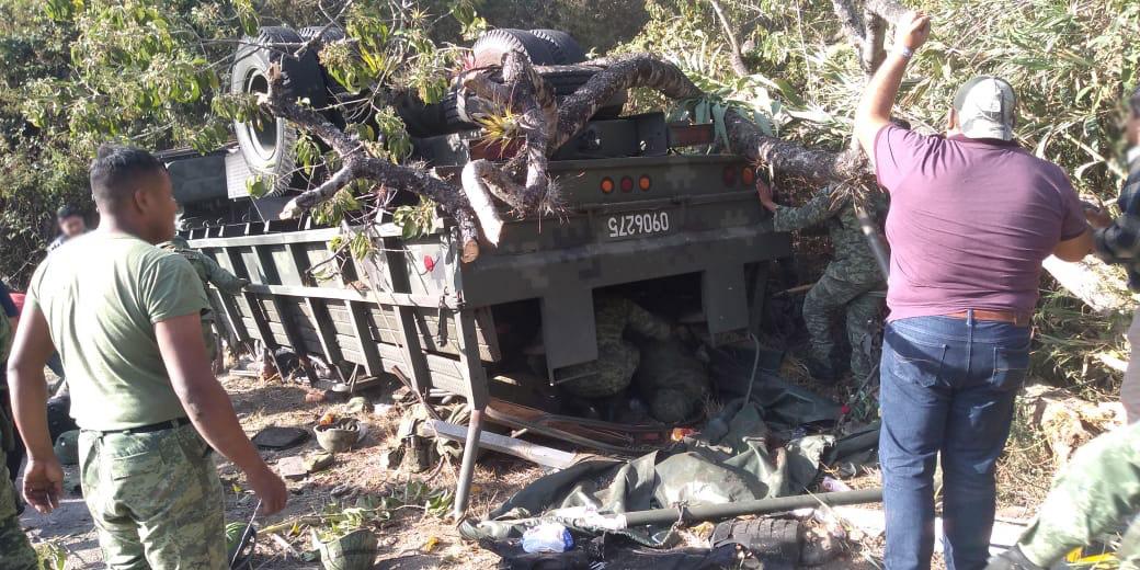 Mueren 5 militares tras volcadura en Oaxaca