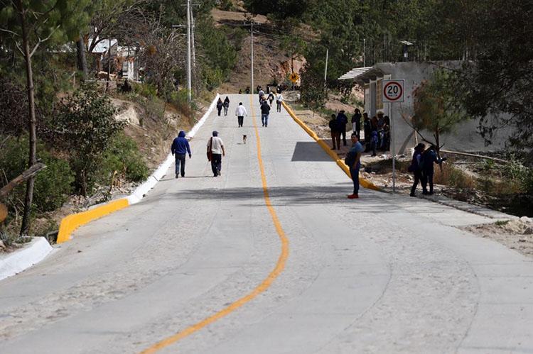 El gobernador de Oaxaca y AMLO inauguraron las primeras acciones del Programa de Construcción de Caminos de Accesos a Cabeceras Municipales en l entidad.