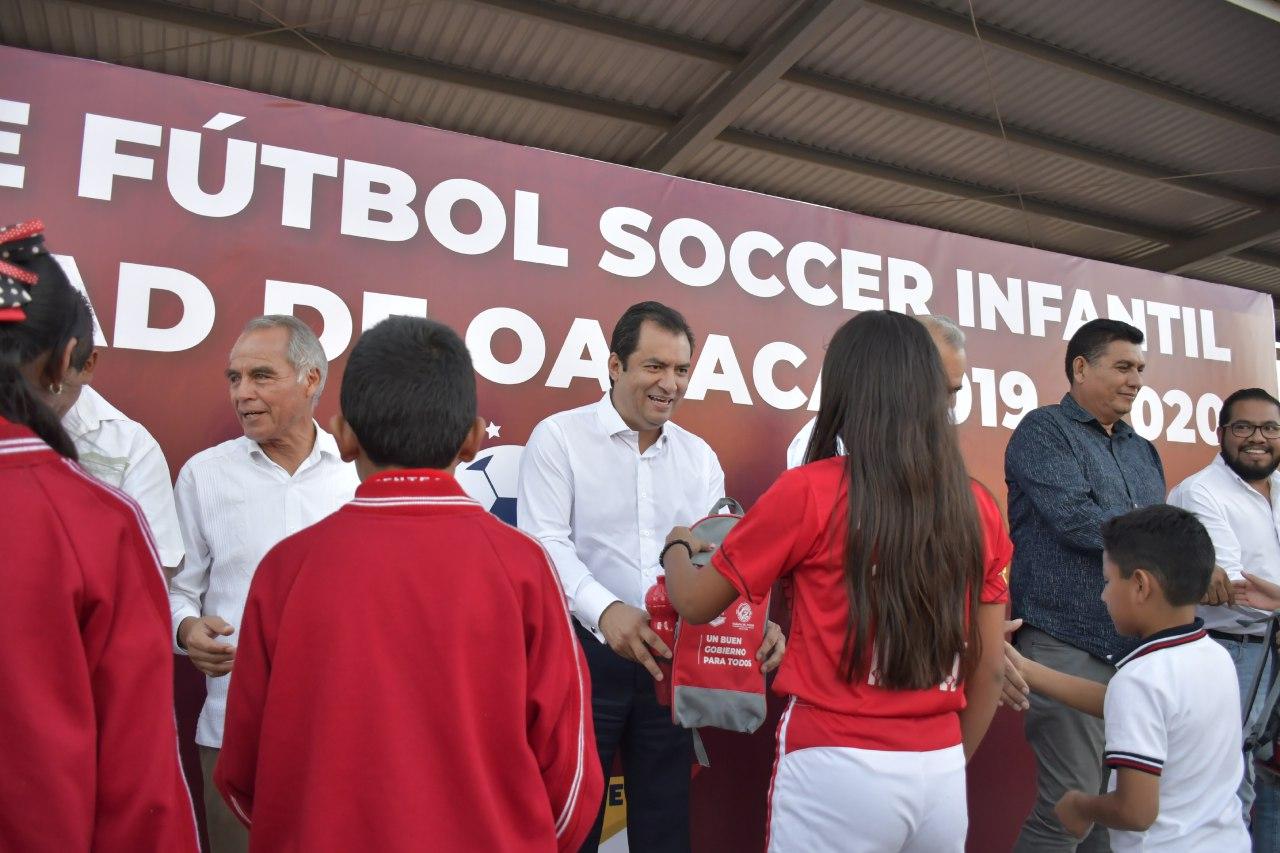 Entregó ayuntamiento capitalino kits deportivos de la Copa Oaxaca de fútbol 01