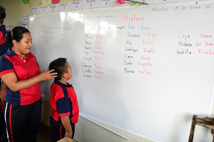 Reconoce IEEPO labor de primaria de San Juan Mazatlán que preserva saberes comunitarios