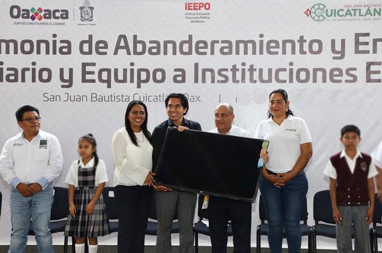 Entregó IEEPO mobiliario y equipo a 417 escuelas en las primeras semanas del año