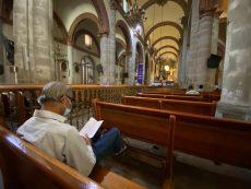 Oficia arzobispo de Oaxaca misa a través de Internet