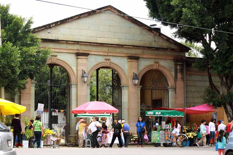 Panteones de la capital solo abrirán para entierros