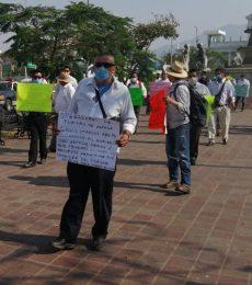 Marchan trabajadores de servicios turísticos en Oaxaca