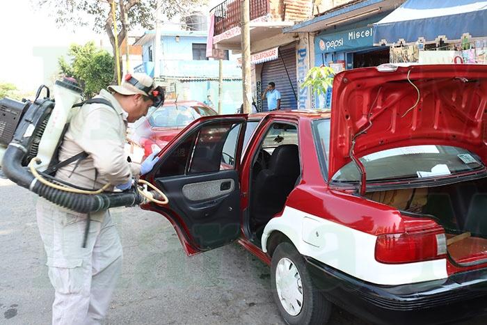 Sanitizan taxis foráneos por Covid-19 en Oaxaca