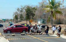 Por Covid-19, bloquean acceso al aeropuerto de Huatulco