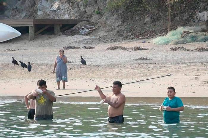 Denuncian a bañistas en Huatulco por violar contingencia