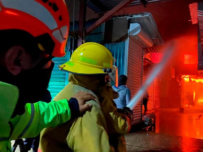 Resaltan atención de cuerpos de emergencia para sofocar incendio en la Central de Abasto de Oaxaca