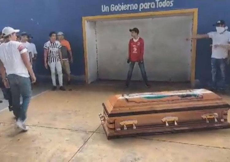 El joven de 16 años fue sepultado en el panteón de esta población de la Cuenca; habrá justicia, afirma la Fiscalía