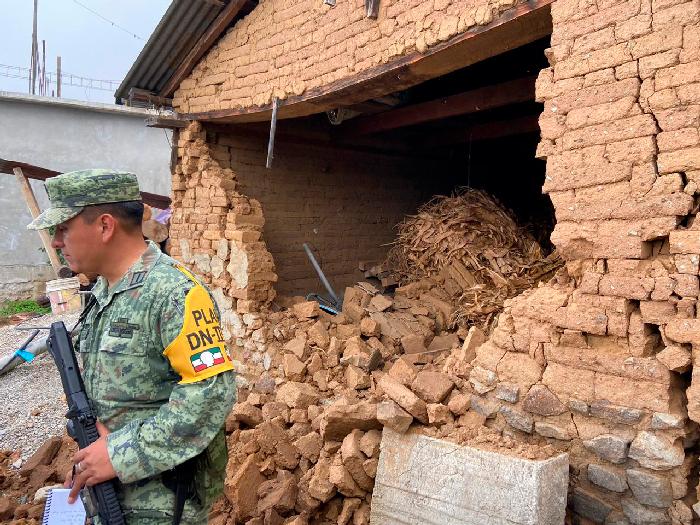 Con apoyo de Sedena, instalan albergue, reabren caminos hacia la población y supervisan las viviendas afectadas por el sismo del 23 de junio.