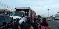 Dueños de bares bloquean cerveceras en Salina Cruz; piden que los dejen vender