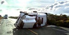 Fuerte viento provoca volcadura de trailer en el Istmo