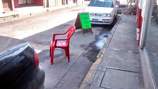 Acusan vecinos acaparamiento de espacios de estacionamiento en el Centro Histórico