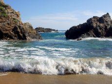 Activan protocolos de búsqueda y rescate por turistas arrastrados por el mar en San Agustinillo